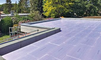 Rénover efficacement et rapidement un toit plat – prêt pour le futur grâce à une toiture inversée